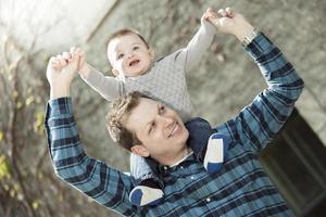 jovem pai com o filho dela foto