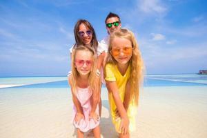 linda família durante as férias de verão tropical foto