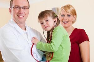 pediatra com a família em sua cirurgia foto