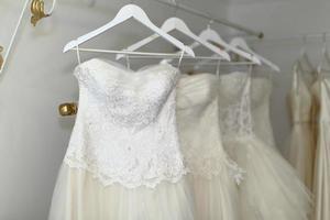 seleção de vestido de noiva em cabides foto