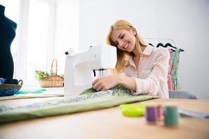 designer trabalhando na máquina de costura