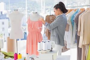 designer de vestido de fixação em um manequim foto
