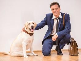 empresário com cachorro foto