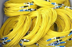 cabos de fibra ótica amarelos. foto