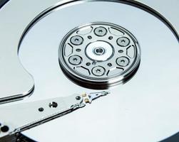 close-up da unidade de disco rígido do computador aberto foto