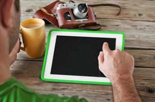 mão masculina clica no computador tablet de tela em branco foto