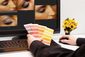 designer no trabalho. amostras de cores. foto