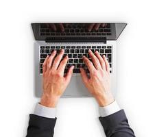 homem mãos em um teclado de laptop isolado foto