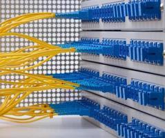 cabo de fibra óptica com servidor de rede óptica foto