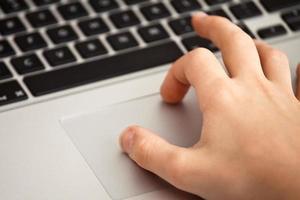 mão usando o trackpad foto