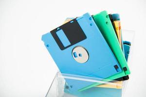 disquete magnético em fundo branco. foto