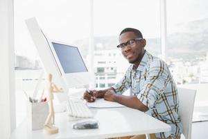 empresário casual sorridente, escrevendo no papel foto