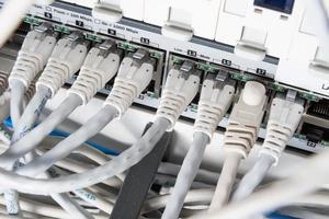 hub de rede e cabos de correção foto