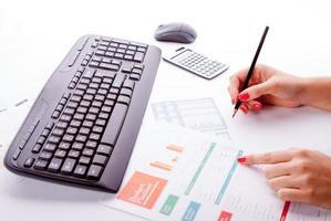 teclado na mesa de escritório foto