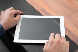 homem clica na tela em branco tablet computador closeup foto