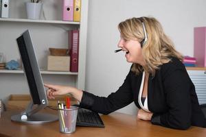loira jovem olhando para o computador sendo surpreendido foto