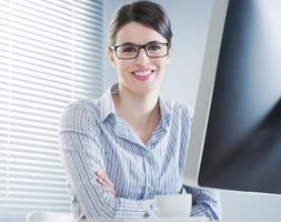 empresária bonita sorrindo para mesa foto