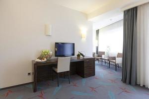 mesa em um apartamento de hotel