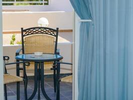 cadeira de mesa no terraço foto