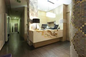 balcão de recepção em mármore elegante foto