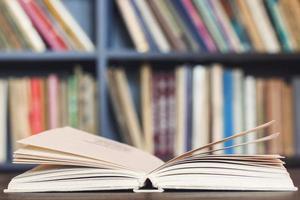 livros na mesa de madeira.