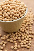 grãos de soja na mesa de madeira foto