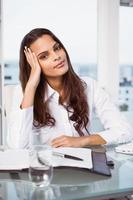 bela empresária na mesa de escritório