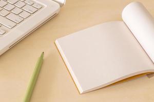 caderno em branco sobre a mesa foto