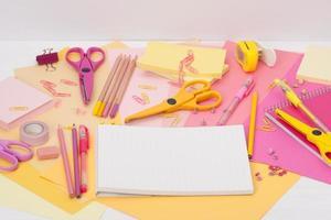 artigos de papelaria sortidos em uma mesa foto