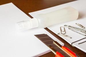 artigos de papelaria em cima da mesa no escritório foto