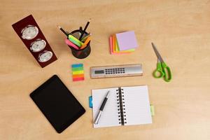 ferramentas de escritório em cima da mesa de madeira foto