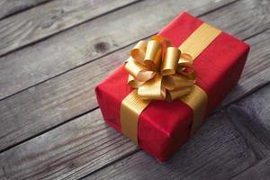 linda caixa de presente na mesa de madeira