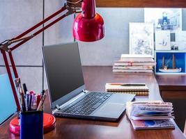 mesa de escritório em casa moderna designer com laptop foto