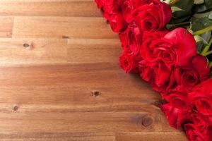 buquê de rosas na mesa de madeira foto