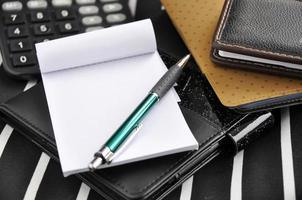 papel em branco e caneta na mesa de trabalho foto