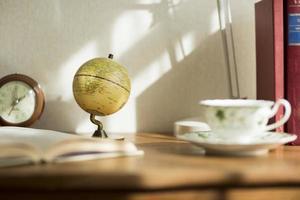 a mesa que existe em uma sala foto