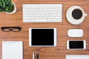 balcão de negócios com teclado, mouse e caneta foto