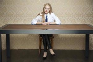 mulher atrás da mesa foto