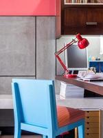 mesa de escritório em casa moderna foto