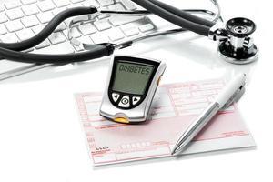 medidor de glicose e receita na mesa do médico