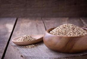 quinoa na mesa de madeira foto