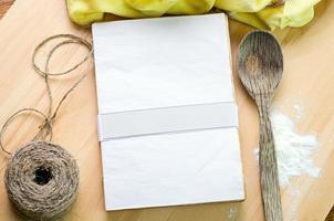 livro de receitas vazio na mesa de madeira foto