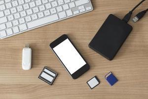 dispositivos eletrônicos em uma mesa foto