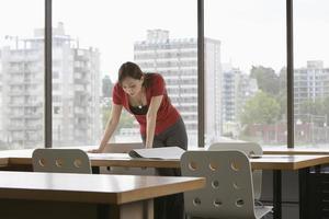 empresária lendo na mesa de escritório foto
