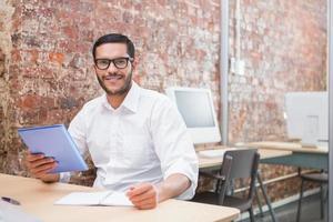 empresário com papelada na mesa foto