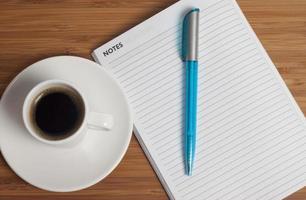 café na mesa do escritório foto