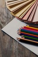 papel em branco e lápis coloridos foto
