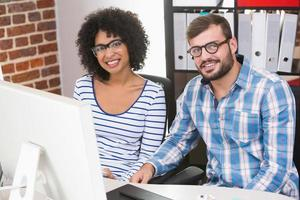 editores de fotos sorridentes na mesa de escritório