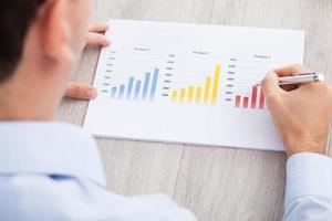 empresário, analisando o gráfico na mesa foto