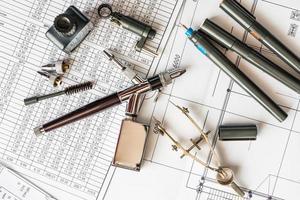 mesa de desenho com ferramentas para desenho foto